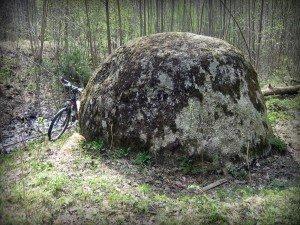 Lielais akmens, jeb Ķemeru robežakmens (23. aprīlis, 2012., foto: Atis Luguzs)