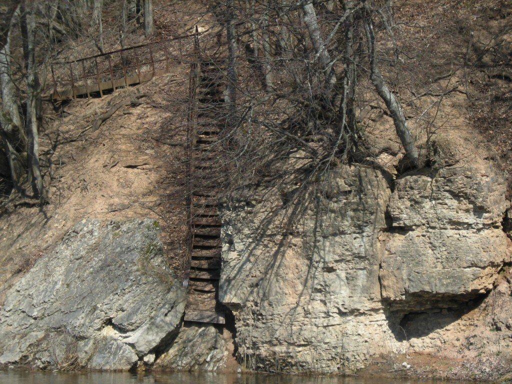 Dolomīta klintīs iemontētās metāla kāpnes