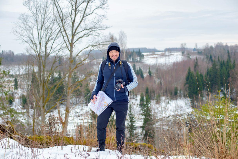 Atis ar karti pie Kojas upītes ielejas ainavas ziemā